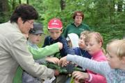 Die Revierleiterin erklärt die unterschiedlichen Baumarten