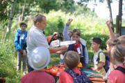 Revierleiter Holm Berger stellt die Werkzeuge eines Waldarbeiters vor. (Foto: Denis Henning, Förderverein für die Natur der Oberlausitzer Heide- und Teichlandschaft e.V.)