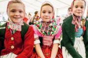 Mädchen in sorbischer Tracht auf dem Naturmarkt